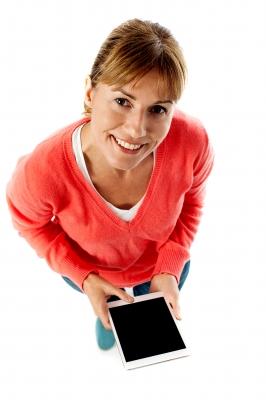 kobieta z tabletem wnioskująca o pożyczkę online